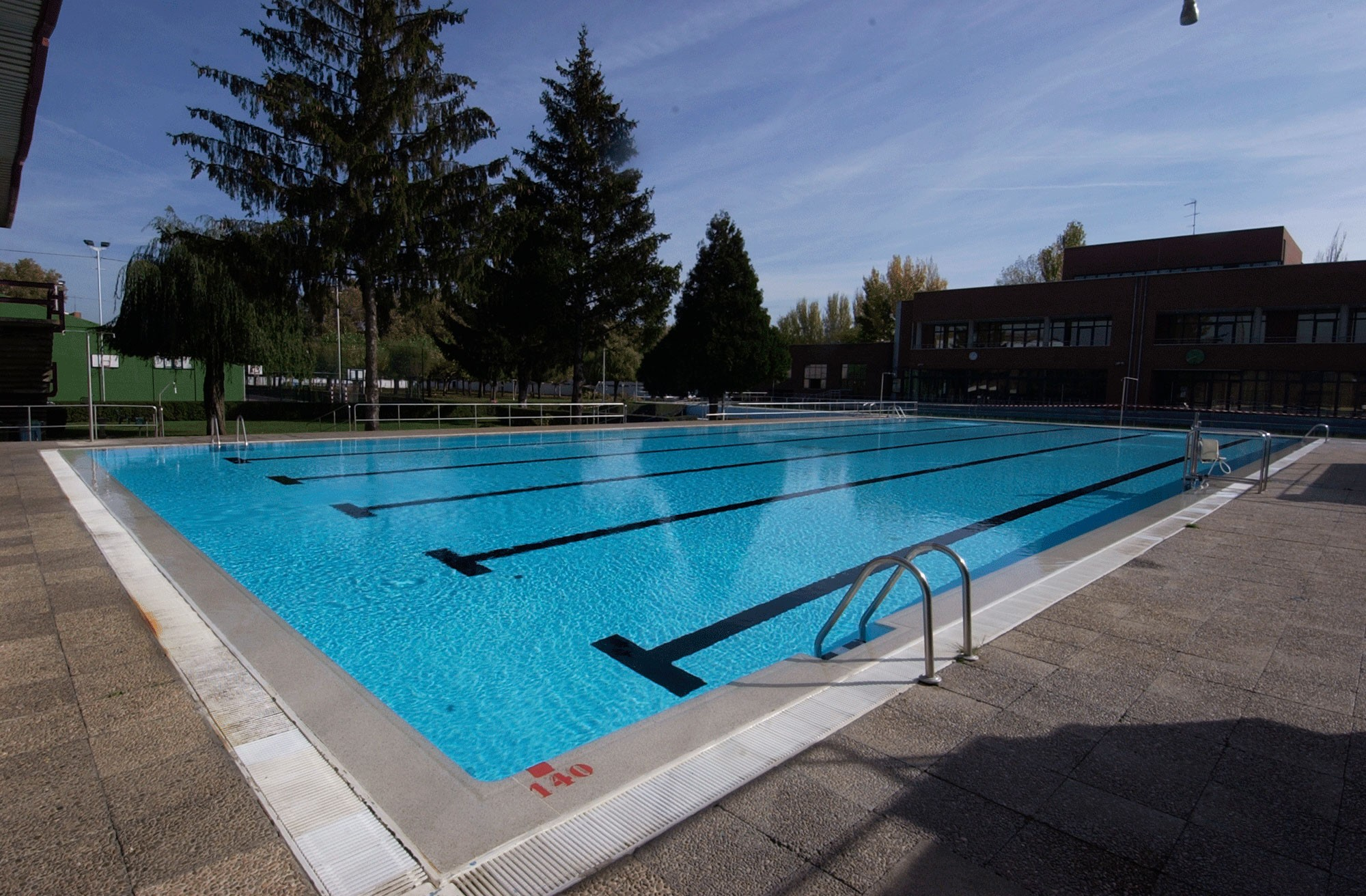 Tipo de piscinas interesting piscina de hormigon with - Piscinas tipo playa ...